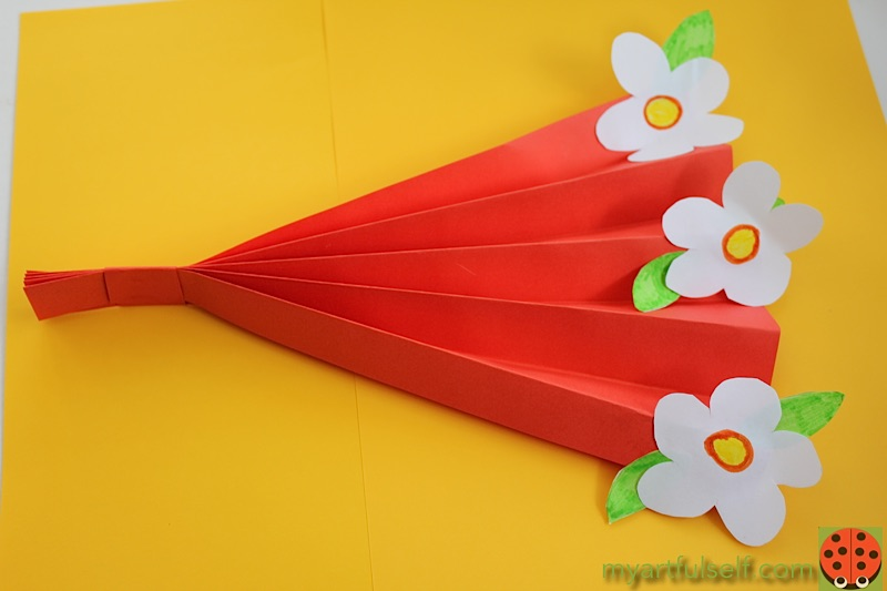 Make a paper daisy fan